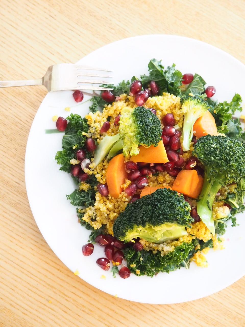 Ruokaisa kvinoa-lehtikaali-granaattiomenasalaatti